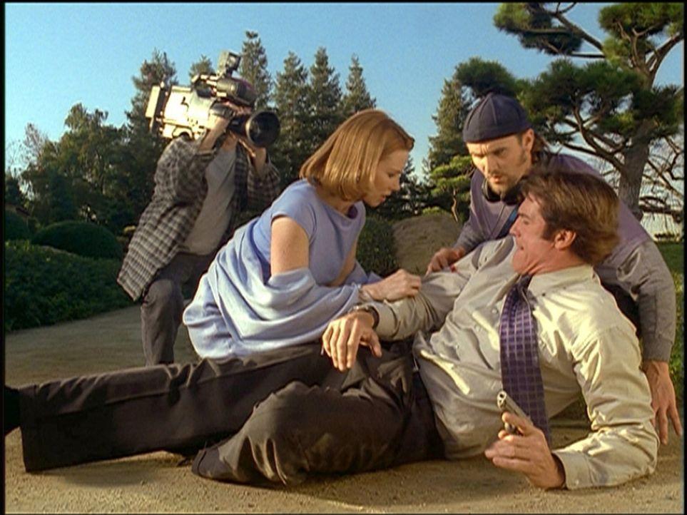 Steve (Barry Van Dyke, r.) wurde angeschossen. Lily, die er bei einer Flirtshow kennen gelernt hat, leistet sofort Erste Hilfe. - Bildquelle: Viacom