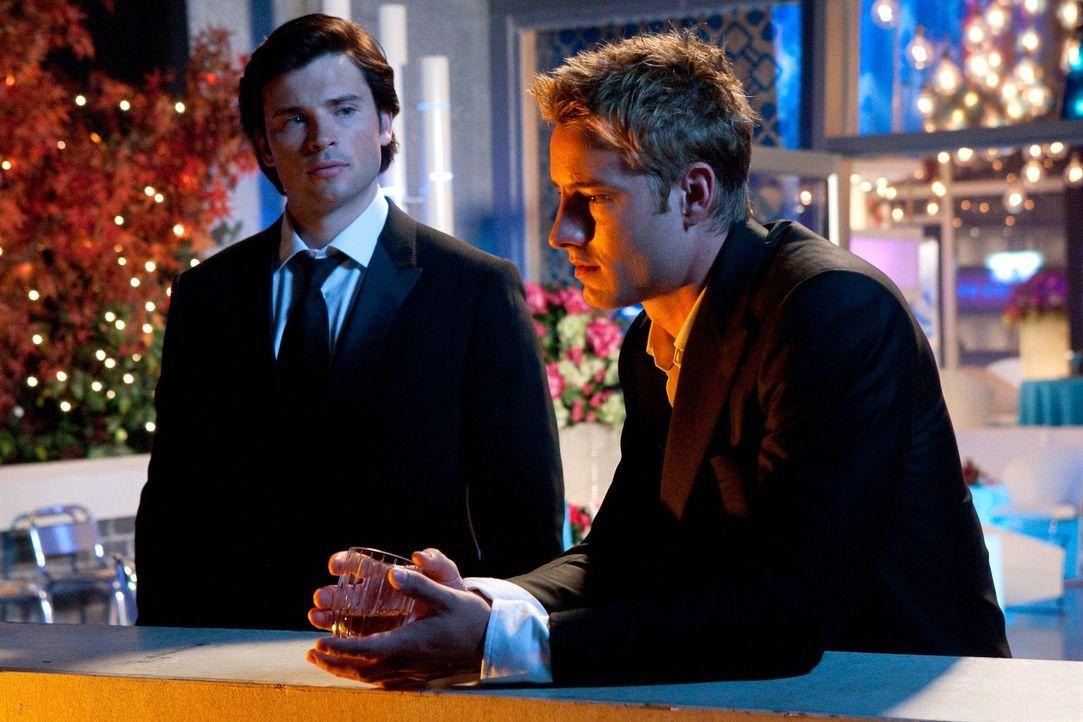 Die Erpressung durch den Spielzeugmacher hat Oliver (Justin Hartley, r.) mehr zugesetzt, als er gegenüber Clark (Tom Welling, l.) zugeben will ... - Bildquelle: Warner Bros.