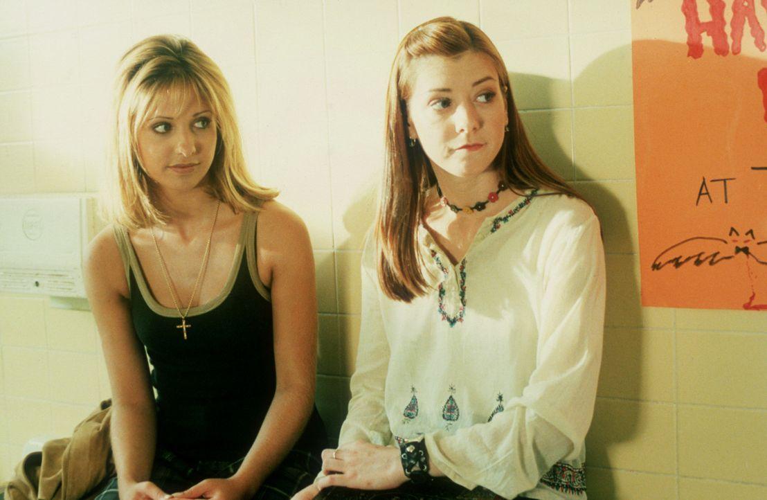 Buffy (Sarah Michelle Gellar, l.) und Willow (Alyson Hannigan, r.) sollen an Halloween die kleineren Kinder bei ihrem Umzug begleiten ... - Bildquelle: TM +   2000 Twentieth Century Fox Film Corporation. All Rights Reserved.