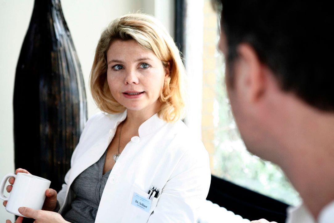 """""""Gleich hagelt es Idioten"""": Rosenmontag ist einer der Horrortage im Leben der quirligen Stationsärztin Sarah Sellner (Annette Frier). Ausgerechnet a... - Bildquelle: Volker Roloff SAT.1"""