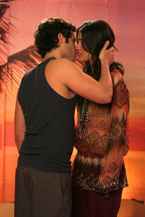 Es kommt, wie es kommen musste - Dan (Penn Badgley, l.) und Vanessa (Jessica Szohr, r.) küssen sich. - Bildquelle: Warner Brothers