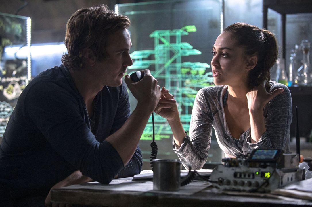 Raven (Lindsey Morgan, r.) muss sich eingestehen, dass sie Hilfe braucht - und zwar von dem Besten. Da bleibt nur Wick (Steve Talley, l.) ... - Bildquelle: 2014 Warner Brothers
