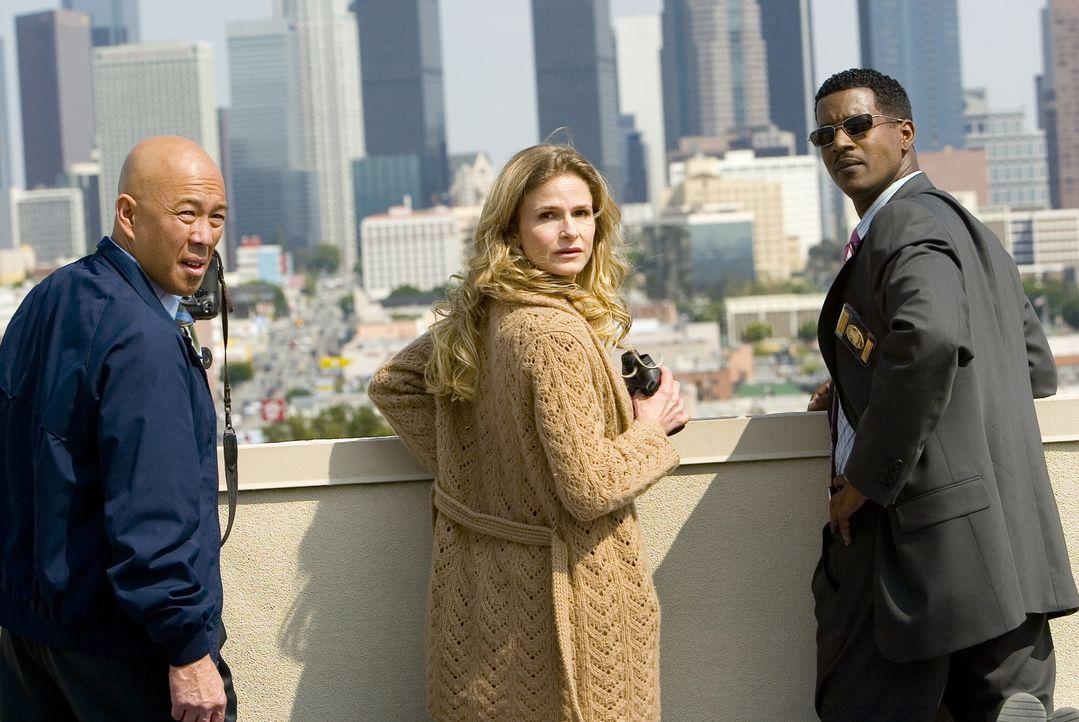 Ein neuer Fall wartet auf das Team: Brenda (Kyra Sedgwick, M.), Sgt. Gabriel (Cory Reynolds, r.) und Det. Mika Tao (Michael Paul Chan, l.) ... - Bildquelle: Warner Bros. Television