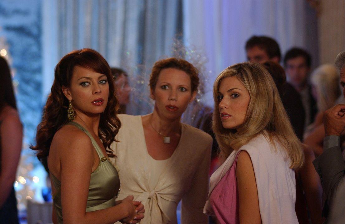 Als Julie (Melinda Clarke, l.) Marissa mit DJ tanzen sieht, ist sie entsetzt und möchte die beiden trennen ... - Bildquelle: Warner Bros. Television