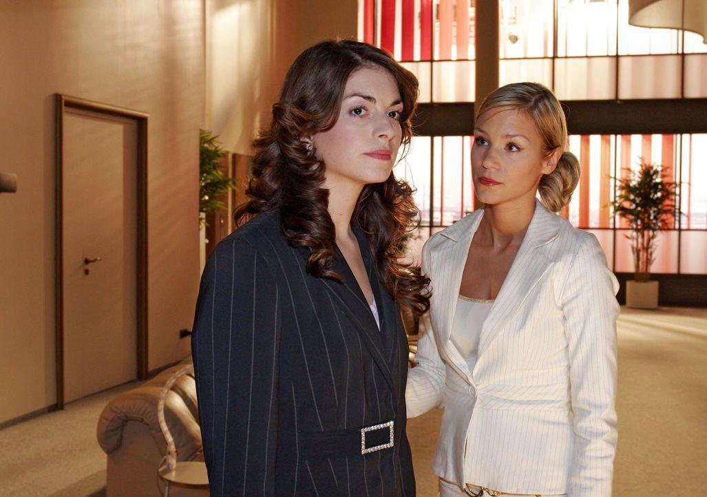 Sabrina (Nina-Friederike Gnädig, r.) versucht ihre Freundin Mariella (Bianca Hein, l.) aufzumuntern. Die anstehende Entscheidung, für wen sie auf... - Bildquelle: Sat.1