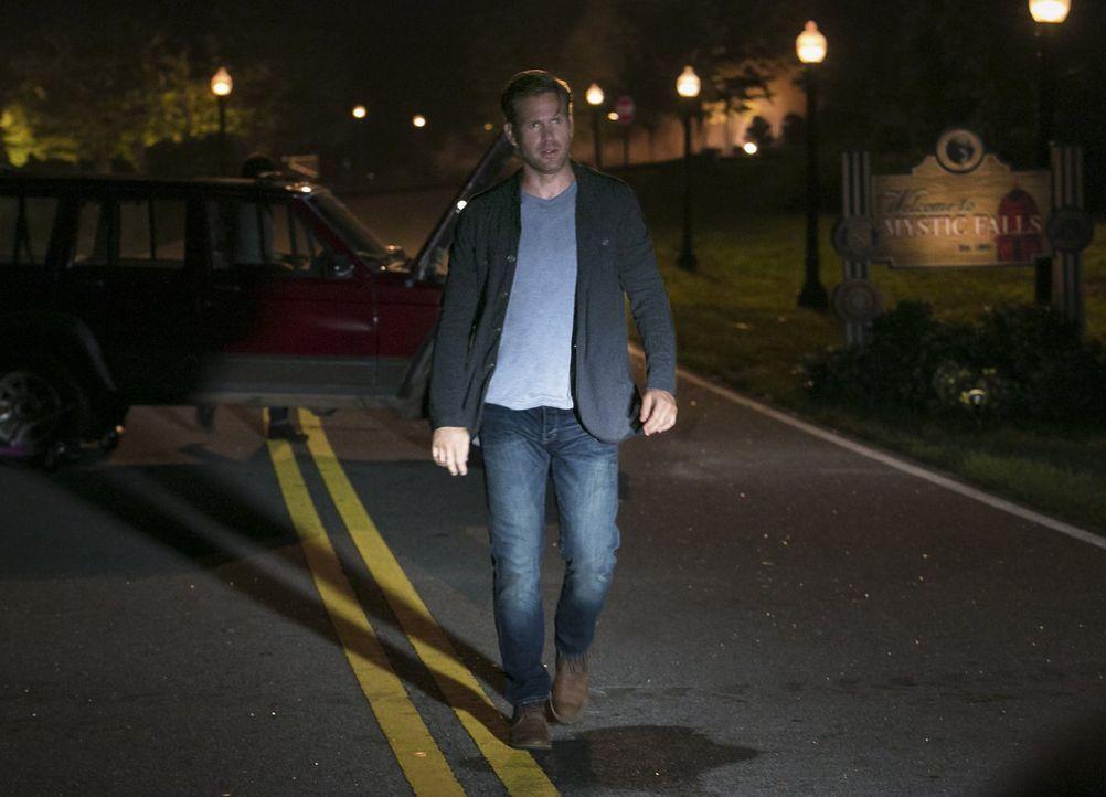 Die Freude über Damons Rückkehr währt für Alaric (Matthew Davis) und die anderen nicht lange ... - Bildquelle: Warner Bros. Entertainment, Inc