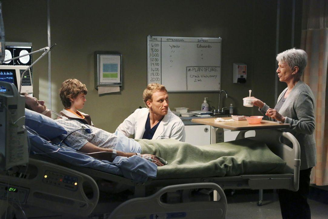 Paul (Michael Bale, l.) wacht endlich aus seinem Koma auf. Sein Sohn Ethan (Kyle Silverstein, 2.v.l.) und Nancy (Jennifer Bassey, r.) sind überglü... - Bildquelle: ABC Studios