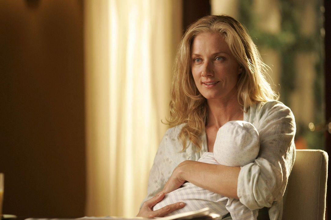 Hat sich testen lassen, ob sie der perfekte Spender für Liz wäre: Julia (Joely Richardson) ... - Bildquelle: TM and   2004 Warner Bros. Entertainment Inc. All Rights Reserved.