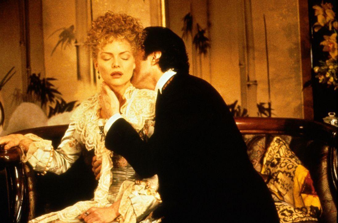Bei ihrem heimlichen treffen fällt Newland Archer (Daniel Day-Lewis, r.) über die schöne Ellen Olenska (Michelle Pfeiffer, l.) her - doch wird ih... - Bildquelle: Columbia Pictures