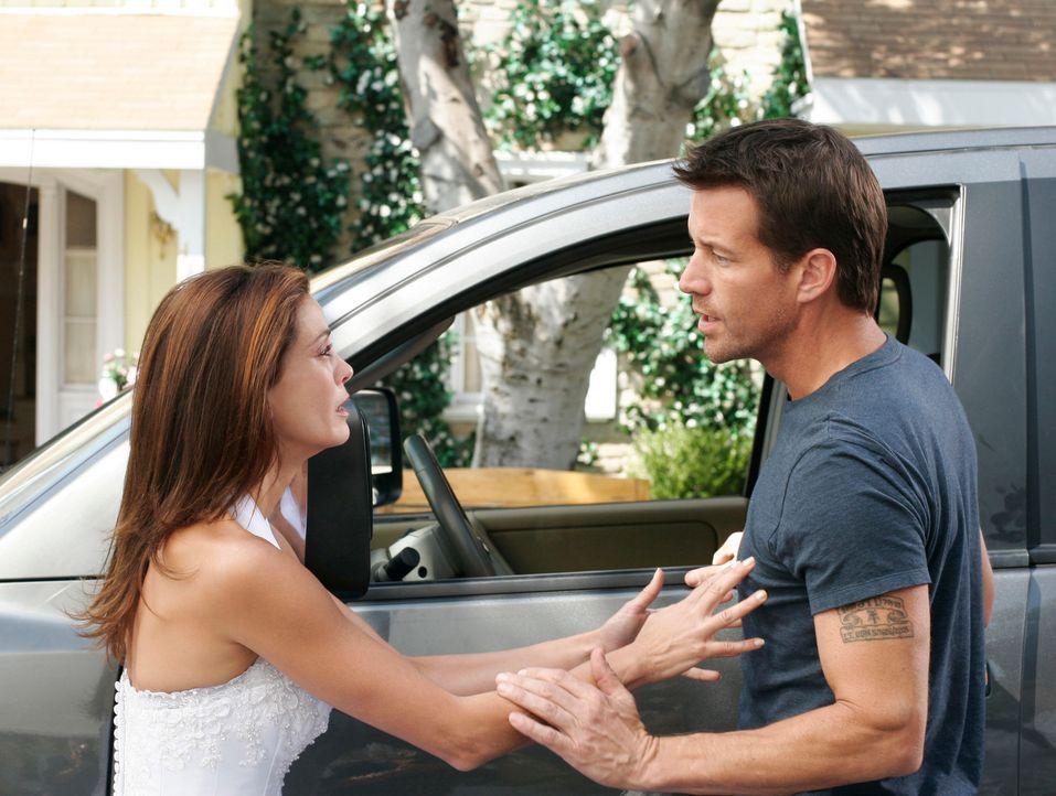 Susan (Teri Hatcher, l.) versucht Mike (James Denton, r.), der sich gerade von ihr getrennt hat, aufzuhalten, um ihm alles zu erklären. Doch wird er... - Bildquelle: 2005 Touchstone Television  All Rights Reserved