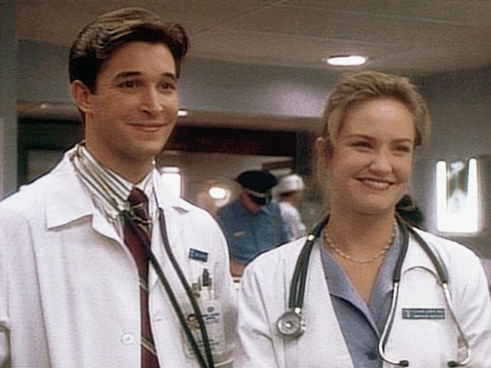 Carter (Noah Wyle, l.) und Dr. Lewis (Sherry Stringfield, r.) sehen freudig der Rückkehr von Carol Hathaway entgegen. - Bildquelle: TM+  WARNER BROS.