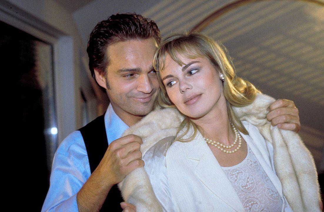 Obwohl ihre ganze Liebe Jerry gehört, beschließt Helena (Saskia Valencia, r.), Ralph (Mathias Herrmann, l.) zu heiraten. Doch kurz vor dem Hochzei... - Bildquelle: Krause-Burberg ProSieben