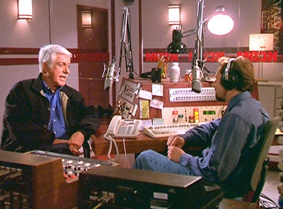 Dr. Mark Sloan (Dick Van Dyke, l.) macht dem Moderator Carter Sweeney (Arye Gross, r.) klar, dass er nach wie vor von der Schuld seines hingerichtet... - Bildquelle: Viacom