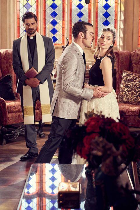 Nun sind sie Mann und Frau, König Cyrus (Jake Maskall, M.) und Prudence (Poppy Corby-Tuech, r.). Doch kann Cyrus König Helena damit wirklich ausstec... - Bildquelle: 2015 E! Entertainment Media LLC/Lions Gate Television Inc.