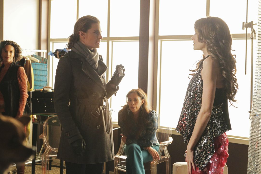 Die Überheblichkeit von Reality-TV-Star Kay Cappuccio (Hilarie Burton, r.) hat schnell ein Ende, als Kate Beckett (Stana Katic, 2.v.l.) Ihre Dienstm... - Bildquelle: ABC Studios