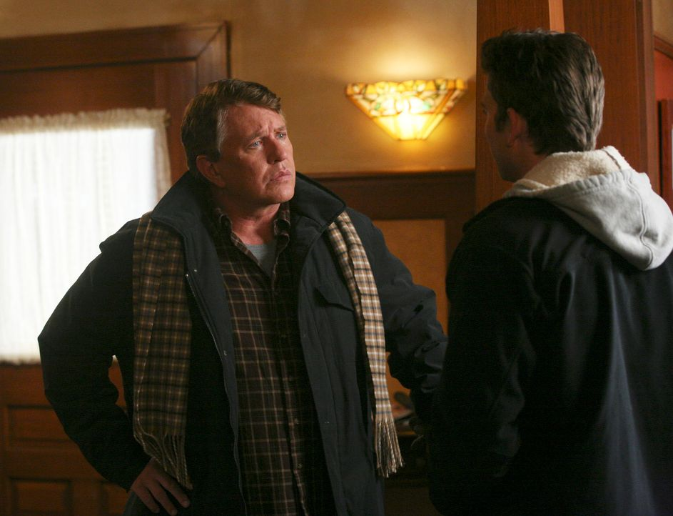 Haben schon vor dem Weihnachtsfest Auseinandersetzungen: Nick (Bryan Greenberg, r.) und Bob (Tom Berenger, l.) ... - Bildquelle: ABC Studios