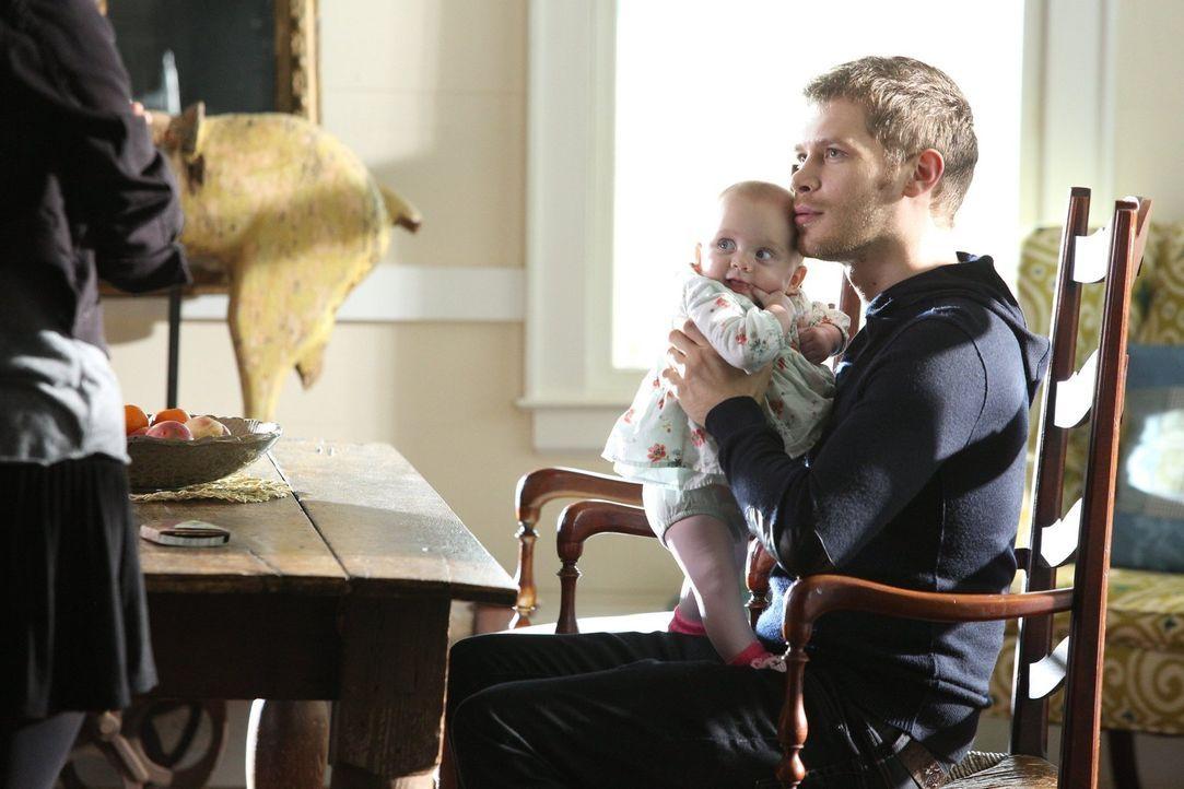 Die Zeit mit seiner Tochter lässt sogar Klaus (Joseph Morgan) für kurze Zeit vergessen, welche Gefahren in der Welt auf ihn und seine Familie warten... - Bildquelle: Warner Bros. Television