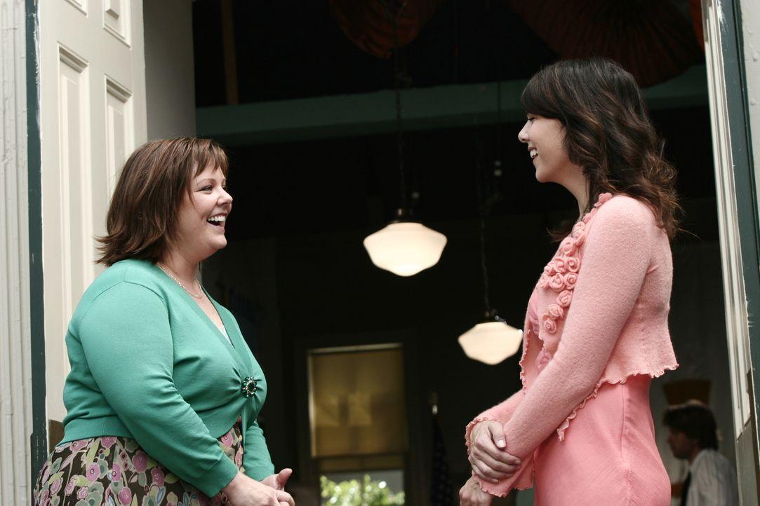 Sookie (Melissa McCarthy, l.) heckt einen Plan aus, um Lorelai (Lauren Graham, r.) und ihre Tochter endlich wieder zu versöhnen ... - Bildquelle: Copyright Warner Brother International Television.
