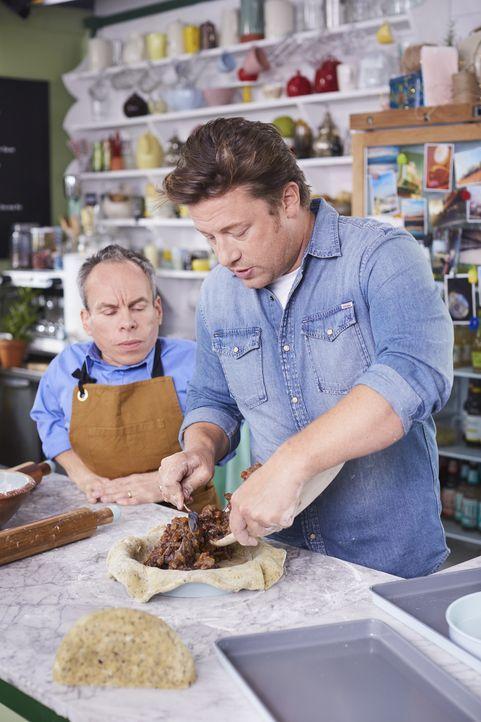 Warwick Davis (l.); Jamie Oliver (r.) - Bildquelle: David Loftus