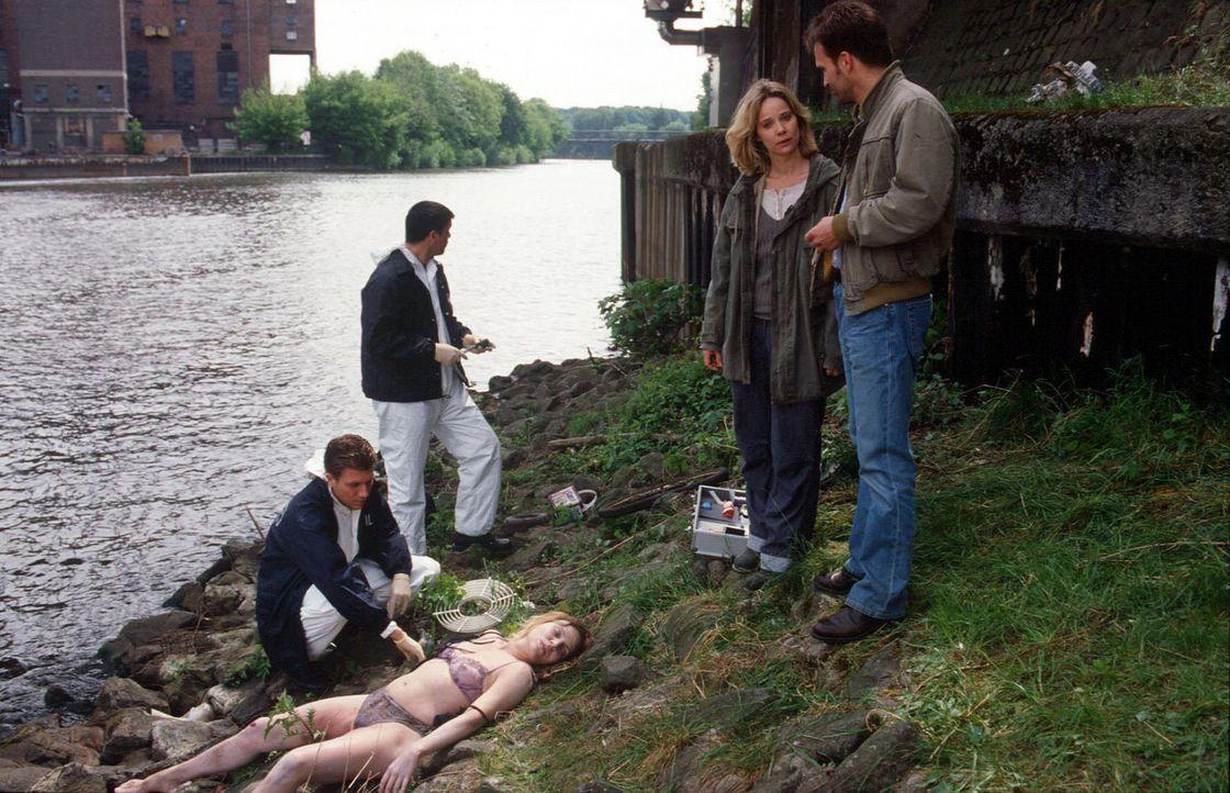Soko-Leiter Strauch (Mathias Herrmann. r.) und Profiler Michelle Eisner (Ann-Kathrin Kramer, 2.v.r.) sind schockiert über die Brutalität des Fraue... - Bildquelle: SAT.1