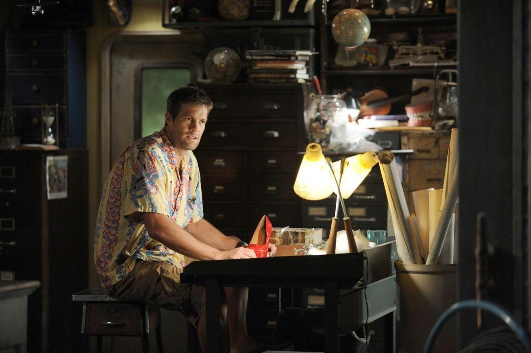 Mit Hilfe eines Schuhs versucht Walter (Geoff Stults) sie verschwundene Lisa zu finden ... - Bildquelle: 2012 Twentieth Century Fox Film Corporation. All rights reserved.