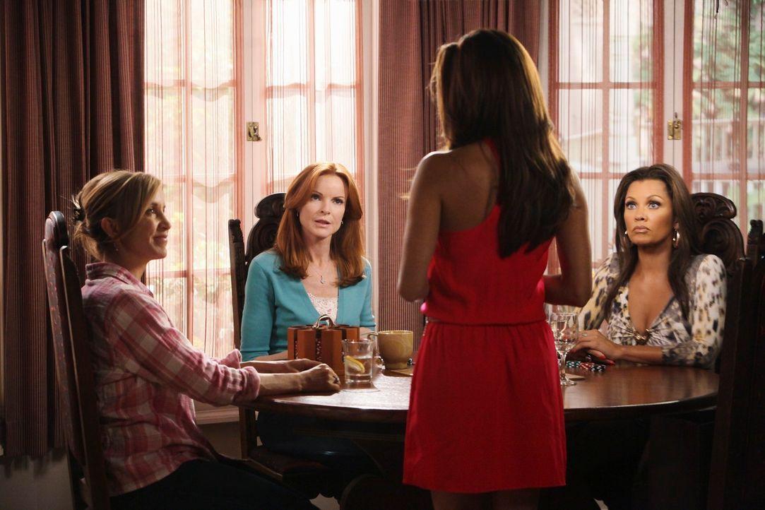 Gabrielle (Eva Longoria, 2.v.r.) weiht Lynette (Felicity Huffman, l.), Bree (Marcia Cross, 2.v.l.) und Renee (Vanessa Williams, r.) in ihr Geheimnis... - Bildquelle: ABC Studios