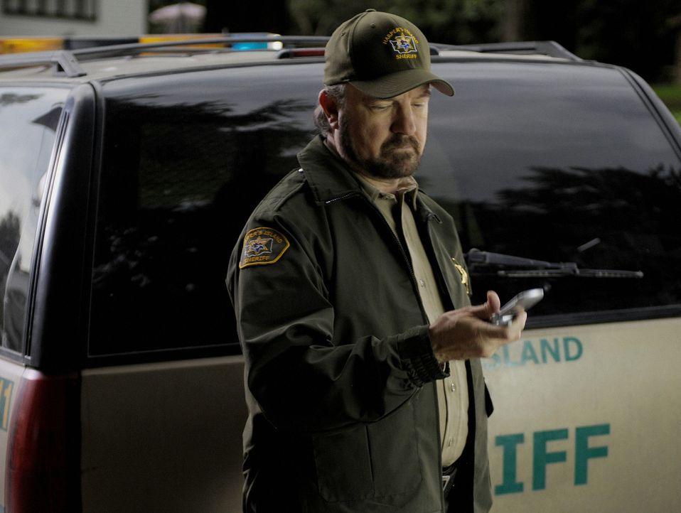 Sheriff Charlie (Jim Beaver) bekommt einen Anruf von seinem Kollegen - man hat die Leiche des Pfarrers gefunden ... - Bildquelle: 2009 CBS Studios Inc. All Rights Reserved.