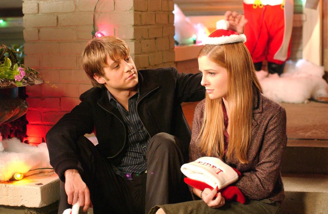 Nach all den Neuigkeiten über ihren Vater versucht Ryan (Benjamin McKenzie, l.), Lindsay (Shannon Lucio, r.) zu trösten, doch sie will mit ihm nic... - Bildquelle: Warner Bros. Television