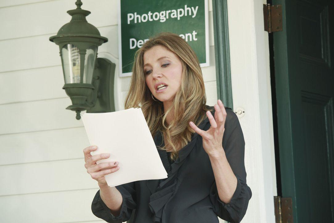Ist hin und weg von Travis' Bildern, die er für seinen Fotografiekurs gemacht hat: Angie Le Claire (Sarah Chalke) - Bildquelle: 2011 American Broadcasting Companies, Inc. All rights reserved.