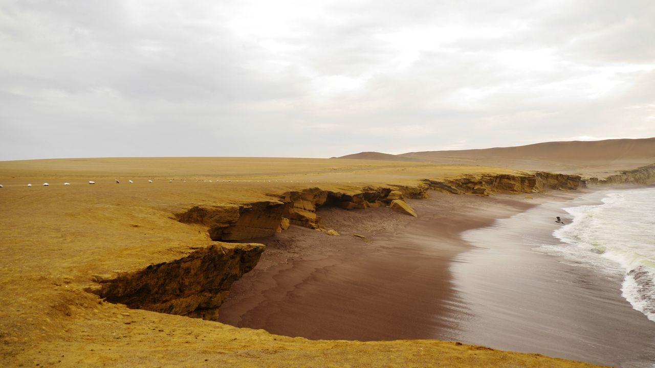 """Der """"Playa Roja"""" macht seinem Namen ganze Ehre: Übersetzt heißt er """"roter Strand"""" und liegt in Paracas in Peru ... - Bildquelle: 2017,The Travel Channel, L.L.C. All Rights Reserved"""