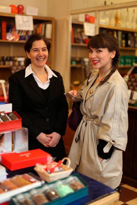 Im bezaubernden Lädchen von Catherine Vaz (l.) kauft Rachel Khoo (r.) die Schokolade für ihre Mousse aux eclats de chocolat ... - Bildquelle: Daniel Lucchesi Plum Pictures 2012