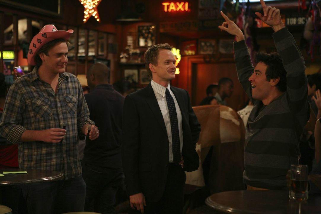 Marshall (Jason Segel, l.) freut sich mit Ted (Josh Radnor, r.), da Barney (Neil Patrick Harris, M.) ihm einen Job vermittelt hat, jedoch ahnen sie... - Bildquelle: 20th Century Fox International Television