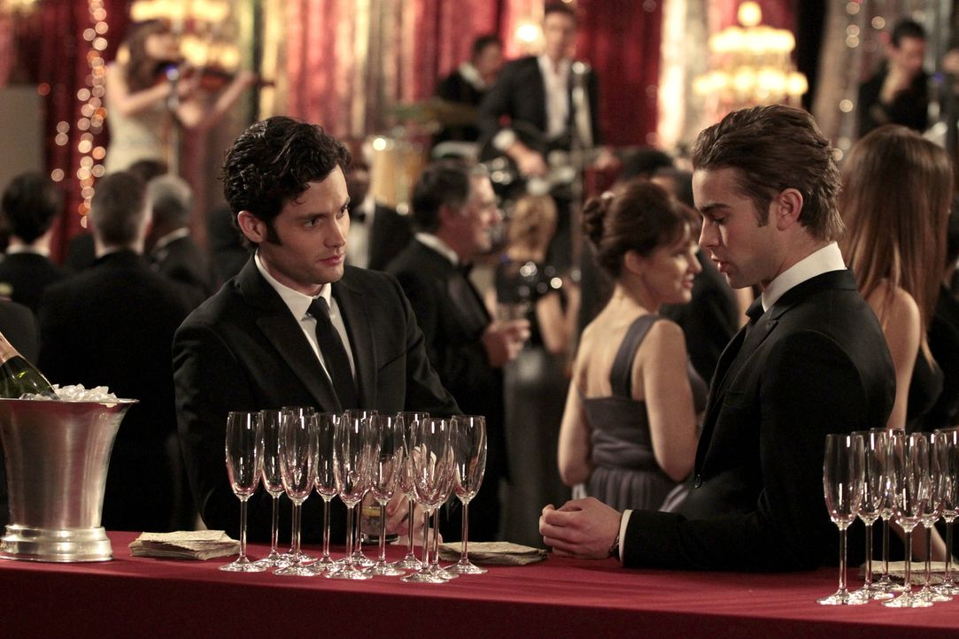 Feiern Blairs Verlobung: Dan (Penn Badgley, l.) und Nate (Chace Crawford, r.) ... - Bildquelle: Warner Bros. Television