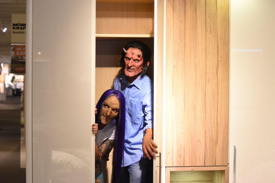 Lustiges Versteckspiel: Hexe Laura (l.) und Teufel Christian (r.) genießen ihre gemeinsame Zeit ... - Bildquelle: Andre Kowalski sixx