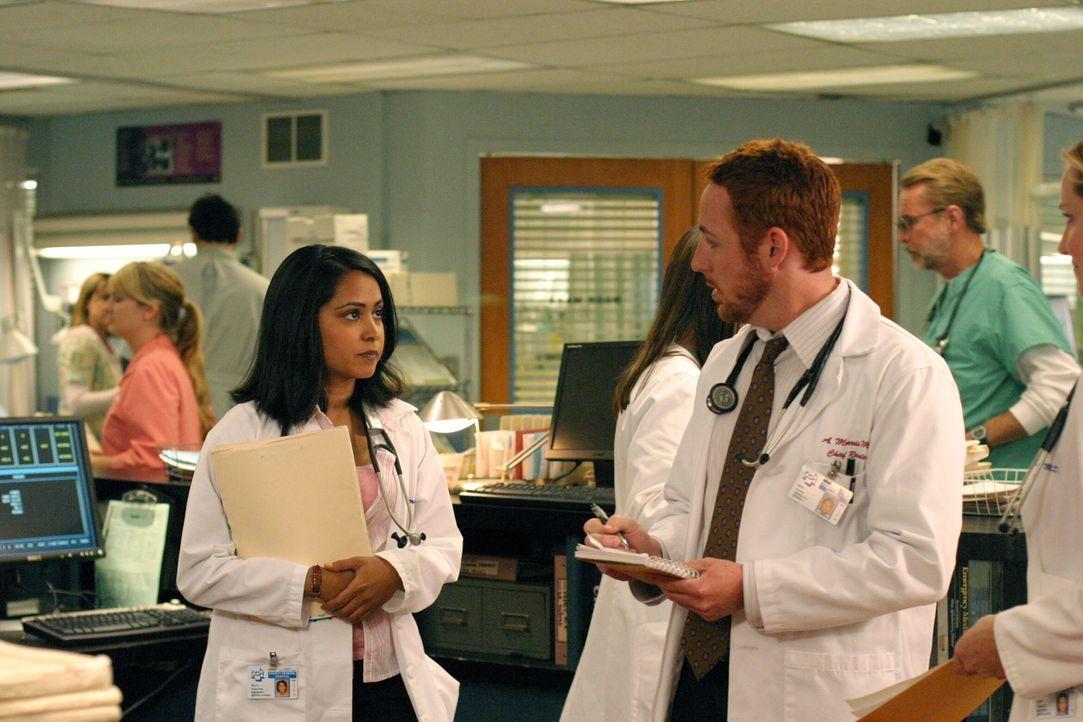 Neela (Parminder Nagra, l.), Abby und Ray machen bei ihren Patienten typische Anfängerfehler, wofür sie von Morris (Scott Grimes, r.) aufgezogen wer... - Bildquelle: WARNER BROS