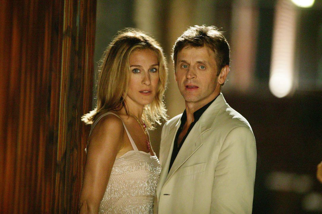 Carrie (Sarah Jessica Parker, l.) zögert zunächst, doch dann nimmt sie die Einladung an. Denn Alexander (Mikhail Baryshnikov, r.) entpuppt sich al... - Bildquelle: Paramount Pictures
