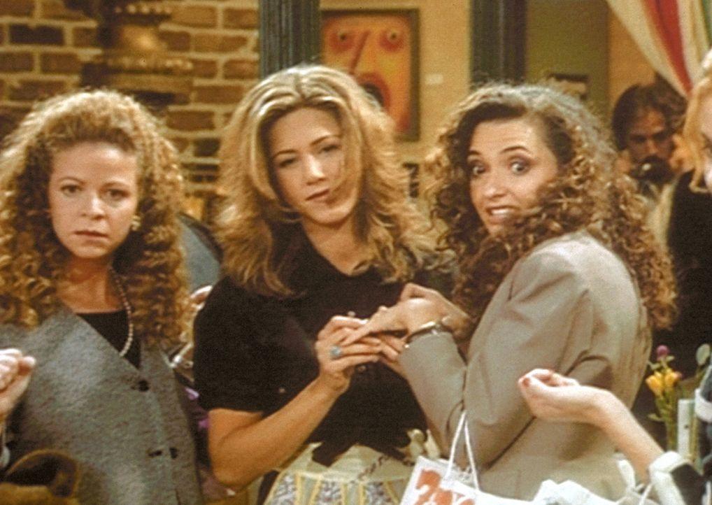 Rachel (Jennifer Aniston, M.) trifft ihre Freundinnen Joanne (Marianne Hagen, l.) und Kiki (Michele Maika, r.) wieder und schwelgt in Erinnerung. - Bildquelle: TM+  2000 WARNER BROS.