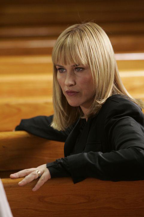 Allison (Patricia Arquette) wird wieder einmal von Ahnungen gequält, zu denen ihre Mitmenschen keinen Zugang haben … - Bildquelle: Paramount Network Television