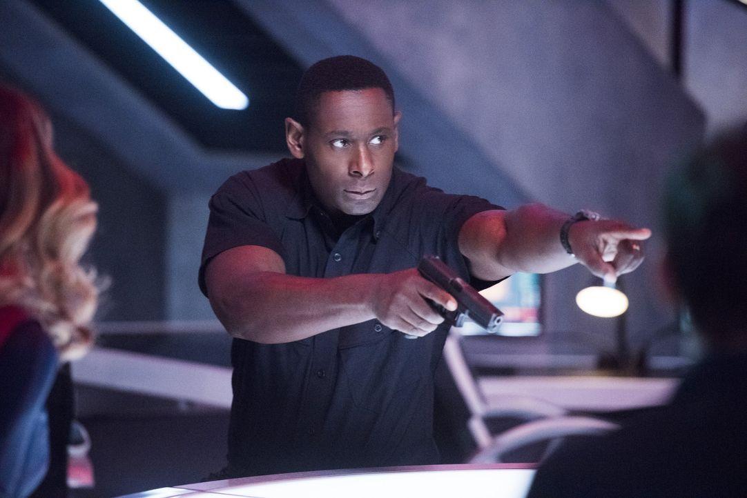 Henshaw (David Harewood) versucht, M'gann vor Armek zu beschützen, der sie zurück auf den Mars bringen will, um sie zu bestrafen. Im DEO sollte ihr... - Bildquelle: 2016 Warner Brothers