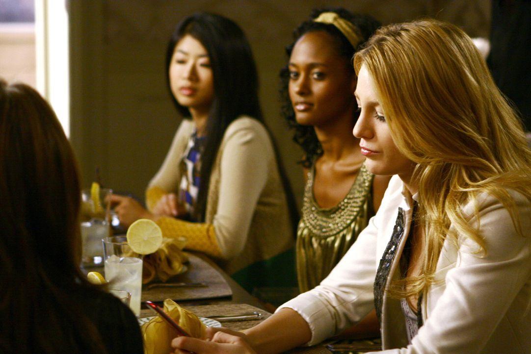 Blair plant mit Serena (Blake Lively, r.), Nelly (Yin Chang, l.), Isabel (Nicole Fiscella, M.) eine Party zu ihrem achtzehnten Geburtstag ... - Bildquelle: Warner Brothers