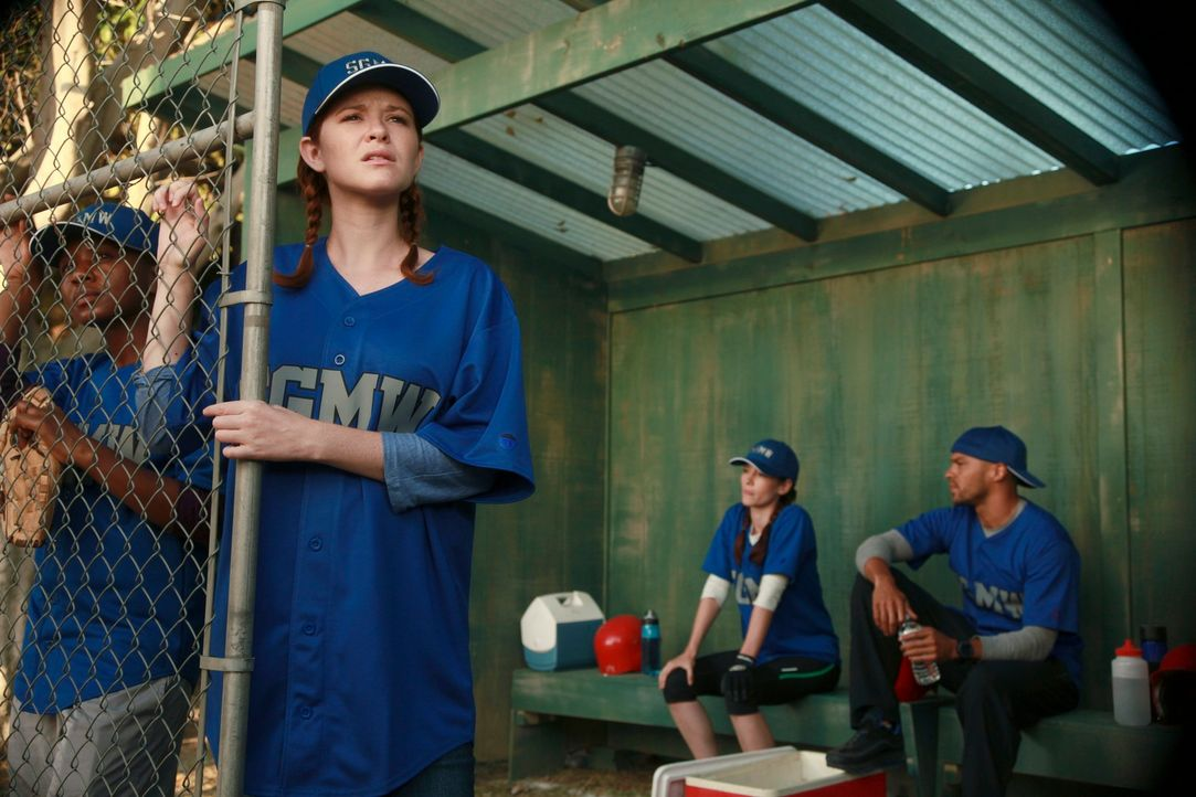 Während Jackson (Jesse Williams, r.) bemerkt, dass Lexie (Chyler Leigh, 2.v.r.) immer noch auf Mark steht, bekommt April (Sarah Drew, 2.v.l.) die Ch... - Bildquelle: ABC Studios