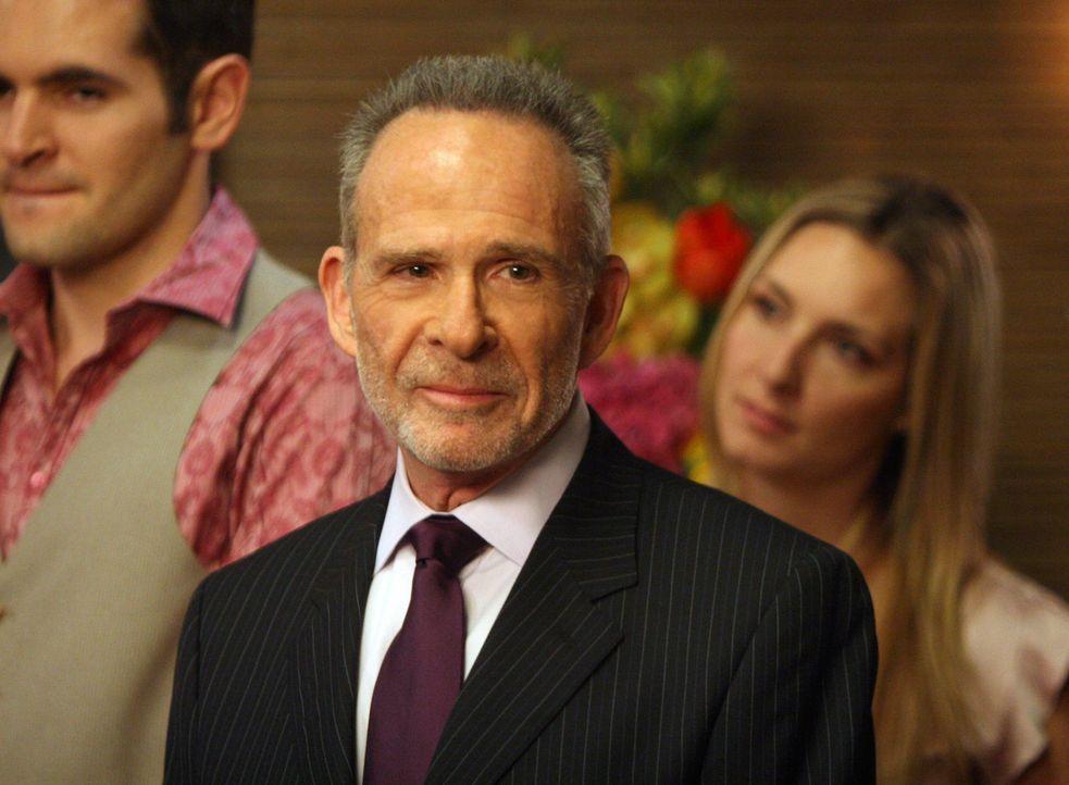 Amüsiert sich auf der Hochzeitsfeier von Scotty und Kevin: Saul Holden (Ron Rifkin) - Bildquelle: Disney - ABC International Television