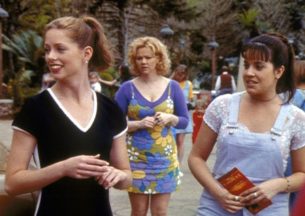 Libby (Jenna Leigh Green, r.) versucht auf einem Schulausflug, sich an Harvey heranzumachen. Tante Hilda (Caroline Rhea, M.) bekommt das mit und zau... - Bildquelle: Paramount Pictures