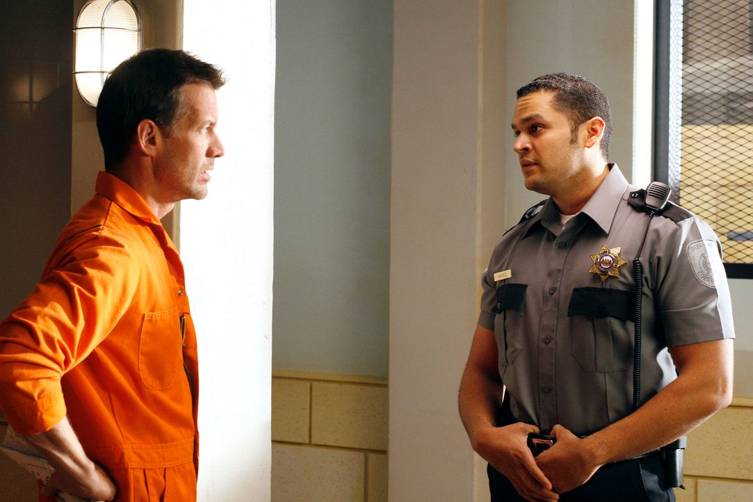 Mike (James Denton, l.) wird im Gefängnis von zwei Insassen zusammengeschlagen. Als Paul ihn vor den Schlägern rettet, denkt Mike, einen Kumpel gefu... - Bildquelle: 2005 Touchstone Television  All Rights Reserved