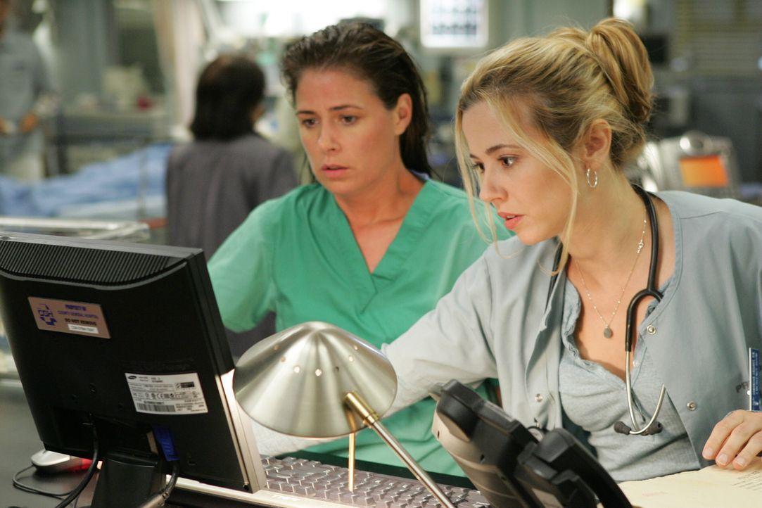 Haben alle Hände voll zu tun: Abby (Maura Tierney, l.) und Sam (Linda Cardellini, r.) ... - Bildquelle: Warner Bros. Television