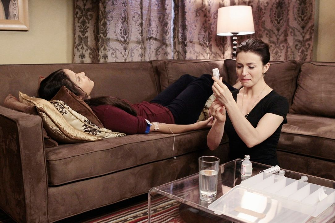 Während Amelia (Caterina Scosone, r.) ihrer alten Freundin Michelle (Sydney Tamia Poitier, l.) Sterbehilfe geben soll, beginnt Addison mit dem kün... - Bildquelle: ABC Studios