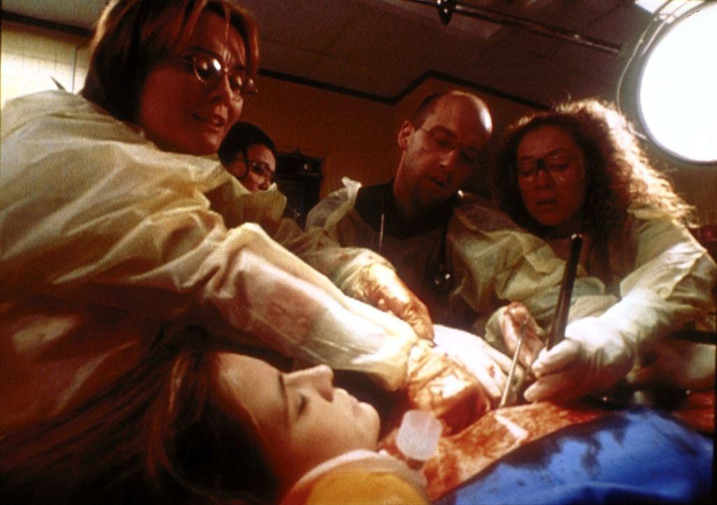 Weaver (Laura Innes, l.) und ihre Kollegen kämpfen fieberhaft um das Leben von Lucy (Kellie Martin, 2.v.l.), die von einem Psychopathen niedergestoc... - Bildquelle: TM+  2000 WARNER BROS.
