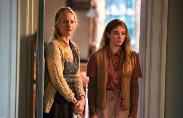 Paula Malcomson als Mrs. Everdeen und Willow Shields als Primrose Everdeen in Catching Fire - Bildquelle: Studiocanal