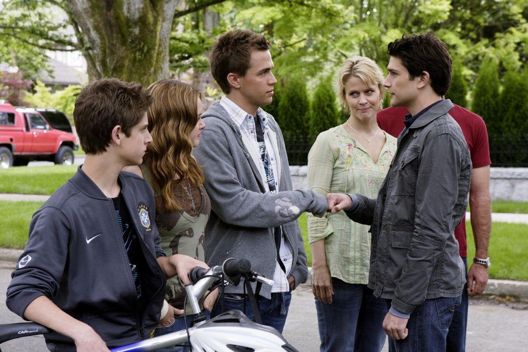 Da plötzlich ein Paar aufgetaucht ist, die behaupten, Kyles (Matt Dallas, 2.v.r.) Eltern zu sein - muss er von Josh (Jean-Luc Bilodeau, l.), Lori (... - Bildquelle: TOUCHSTONE TELEVISION