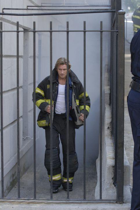 Tommy (Denis Leary) geht in seiner Freizeit heimlich mit auf die Einsätze - in Keefes Uniform ... - Bildquelle: 2007 Sony Pictures Television Inc. All Rights Reserved